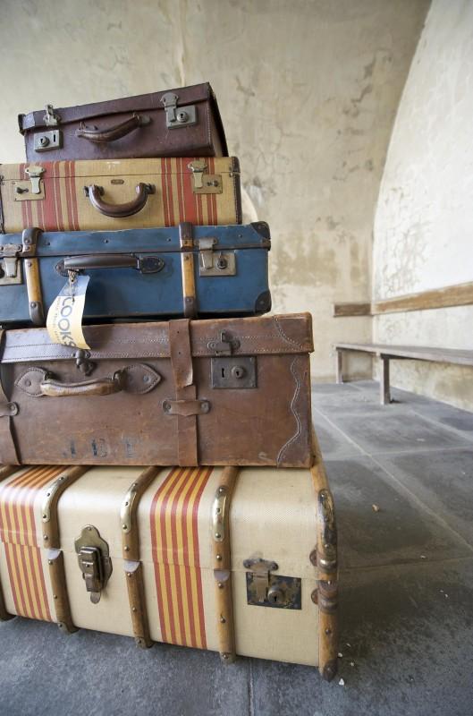 Bonne Lundi Luggage-pile-england-2579826661-529x800