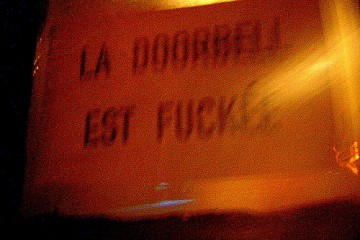 Sign: La Doorbell est Fuckée